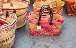 Красочные handmade сумки для продажи на местном уличном рынке Провансаль стоковые фото