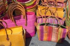 Красочные handmade сумки для продажи на местном уличном рынке Провансаль стоковое фото