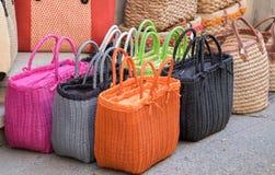 Красочные handmade сумки для продажи на местном уличном рынке Провансаль стоковое изображение rf