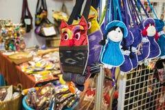 Красочные handmade сумки ткани вися в магазине Стоковая Фотография RF