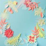 Красочные handmade тропические бумажные цветки и листья на голубой пастельной предпосылке с copyspace в середине, цветком весны л стоковая фотография rf