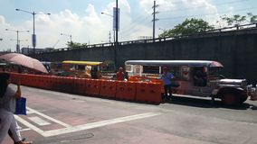 красочные jeepneys известные для их толпить украшений посадочных мест и кич, которые были вездесущими культурой и искусством симв видеоматериал