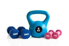 Красочные kettlebell и гантели для тренировки фитнеса Стоковая Фотография