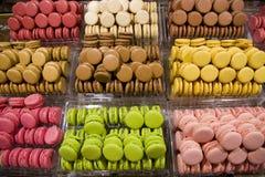 Красочные macarons в хлебопекарне стоковые изображения rf