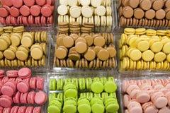 Красочные macarons в хлебопекарне стоковое изображение