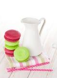 Красочные macarons и кувшин молока Стоковые Изображения RF