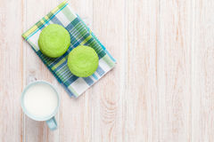 Красочные macarons и чашка молока Стоковая Фотография