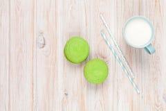 Красочные macarons и чашка молока Стоковые Фотографии RF