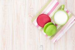 Красочные macarons и чашка молока Стоковые Изображения RF