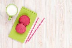 Красочные macarons и чашка молока Стоковое Фото