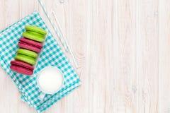 Красочные macarons и чашка молока Стоковые Фото
