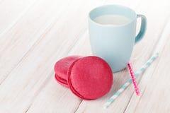 Красочные macarons и чашка молока Стоковое Изображение RF