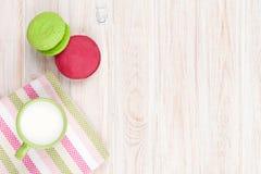 Красочные macarons и чашка молока Стоковая Фотография RF