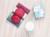 Красочные macarons, чашка молока и подарочная коробка Стоковое фото RF