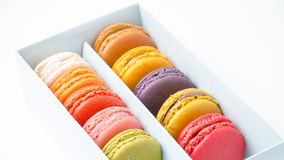 Красочные macaroons в коробке на белой предпосылке Стоковая Фотография