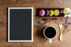 Красочные macaroons и чашка кофе и классн классный Стоковые Фотографии RF