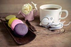 Красочные macaroons и чашка кофе на деревянном столе Стоковое Изображение