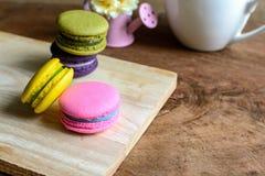 Красочные macaroons и чашка кофе на деревянном столе Стоковые Фото