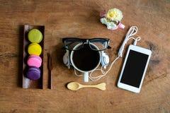 Красочные macaroons и чашка кофе с мобильным телефоном Стоковое Изображение RF