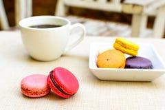 Красочные macaroons и чашка кофе Стоковая Фотография RF