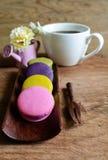 Красочные macaroons и чашка кофе Стоковые Изображения RF
