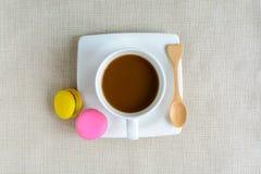 Красочные macaroons и чашка кофе Стоковые Изображения