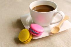 Красочные macaroons и чашка кофе Стоковое Фото