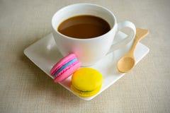 Красочные macaroons и чашка кофе Стоковое Изображение
