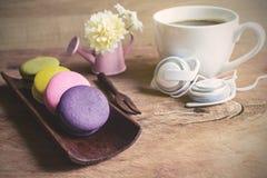 Красочные macaroons и чашка кофе Стоковые Фото