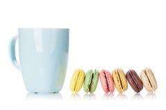 Красочные macaroons и чашка питья Стоковое фото RF