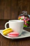 Красочные macaroons и чашка с кофе Стоковое Изображение