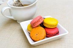Красочные macaroons и чашка чаю Стоковые Изображения RF