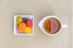Красочные macaroons и чашка чаю Стоковое Фото