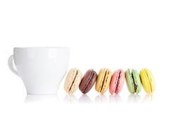 Красочные macaroons и чашка Стоковые Фотографии RF