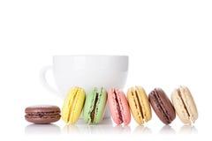 Красочные macaroons и чашка Стоковые Изображения