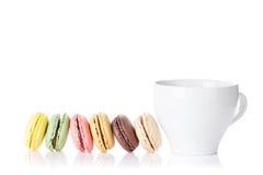 Красочные macaroons и чашка Стоковое Изображение
