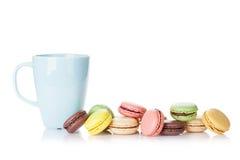 Красочные macaroons и чашка Стоковое Фото