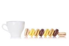 Красочные macaroons и чашка Стоковые Изображения RF