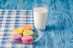 Красочные macaroons и glss молока Стоковое Изображение