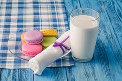 Красочные macaroons и glss молока Стоковое Фото