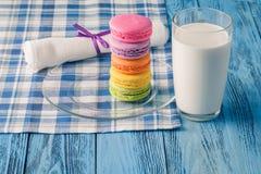 Красочные macaroons и glss молока Стоковые Изображения