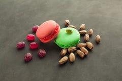 Красочные macaroons клубника и вкус фисташки Стоковые Фото