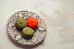 Красочные macaroons на винтажной предпосылке Стоковая Фотография