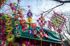 Красочные pinwheels игрушки радуги на виске фестиваля весны справедливом, во время китайского Нового Года стоковое фото rf
