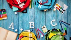 Красочные schoolbags детей на деревянном поле Стоковые Фотографии RF
