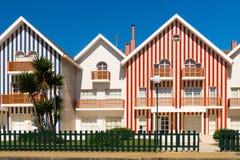 Красочные striped пляжные домики стоковые фотографии rf