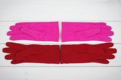Красочные womanly перчатки на досках, одежда на осень или зима Стоковое Фото