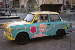 Красочный автомобиль в середине города стоковое фото