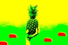 Красочный ананас держит руку Современная концепция, искусство попа Зеленые и желтые цвета Настроение лета, концепция партии стоковое фото rf