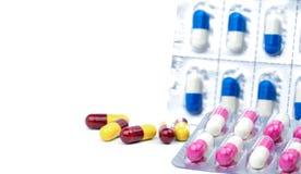 Красочный антибиотика capsules пилюльки на белой предпосылке, концепции устойчивости к лекарственному средству Стоковые Изображения